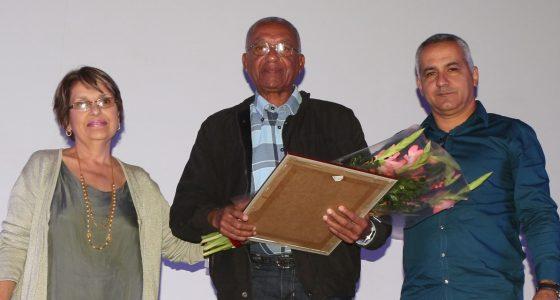 Reconocimiento a profesor distinguido en la FCA