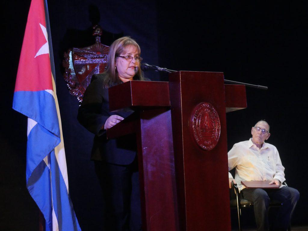 Rectora da lectura a la Resolución Rectoral que confiere la Categoría Docente Especial de Profesor Emérito
