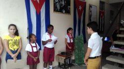 Reciben vecinos de la residencia C1 réplica de la boina del Che