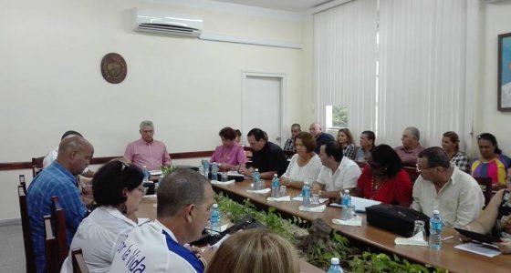 El Presidente cubano Miguel Díaz-Canel Bermúdez encabeza reunión de trabajo en la UCLV.