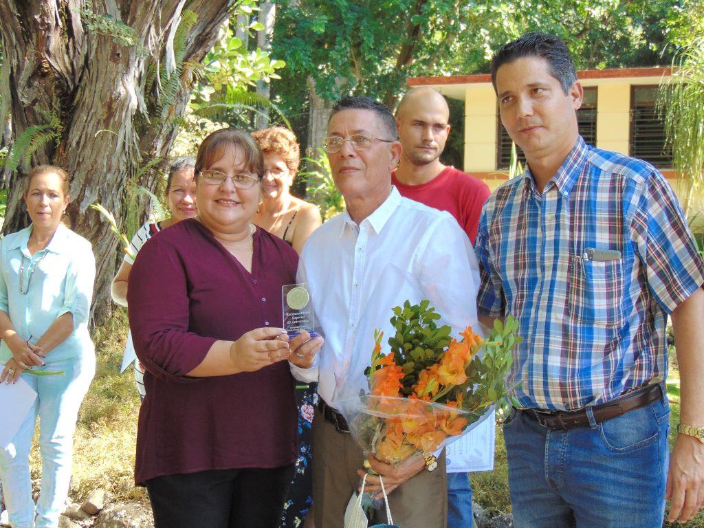 Entrega Rectora de la Universidad Placa Conmemorativa «65 Aniversario» y Diploma de Reconocimiento al CEJB